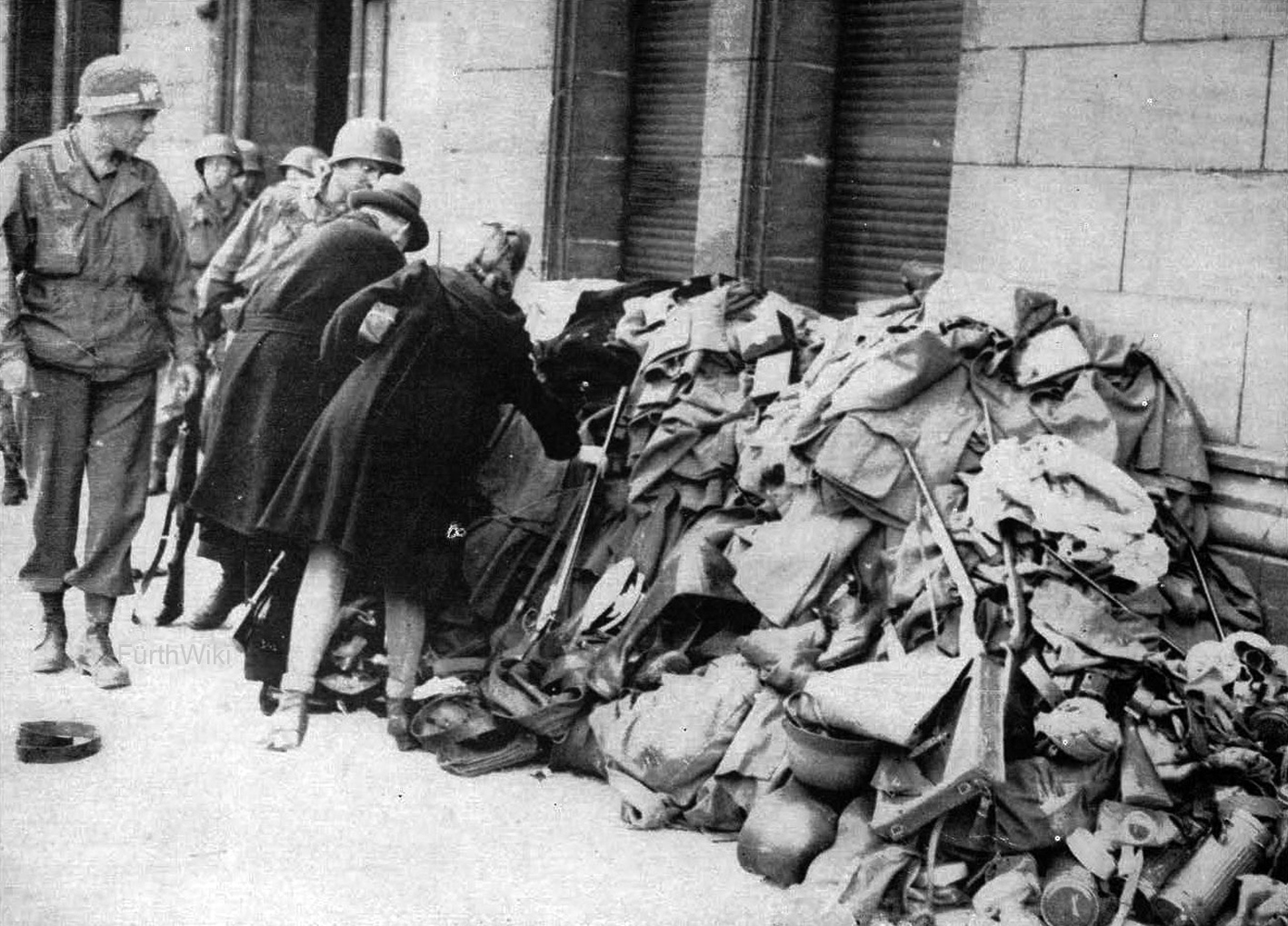 http://www.fuerthwiki.de/wiki/images/b/b2/Waffenabgabe_Rathaus_1945.jpg